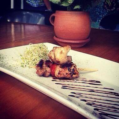 Mini brocheta yakitory de solomillo de cerdo y pollo