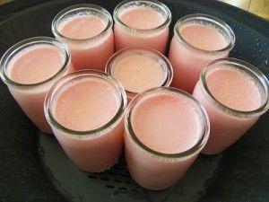 yaourts-au-varoma 860 g de lait UHT demi-écrémé 1 yaourt nature 50 g de lait en poudre entier 170 g de sirop de fraise Vedrenne préparation: placer les 8 petits pots en verre dans le varoma Faire bouillir 1 litre d'eau dans une bouilloire pendant ce temps, mettre tous les ingrédients sauf le yaourt dans le bol puis mixer 5 secondes à vitesse 6 à l'arrêt de la minuterie, chauffer à 37° pendant 4 minutes à vitesse 1 puis rajouter le yaourt et mixer 15 secondes à vitesse 6 remplir ensuite les 8…