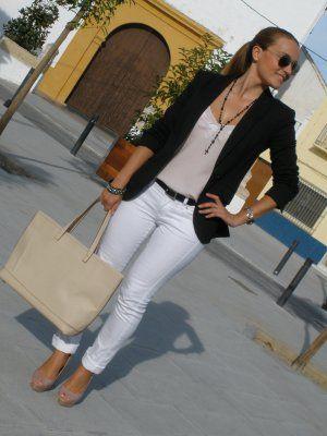 UnaMamiConTacones Outfit  Casual y sofisticado para una tarde de fiestas en el pueblo!!! blazer blanco  Otoño 2011. Combinar Blazer Negro Zara, Jeans Blancos Mango, Bolso Beige Parfois, Camiseta Rosa suave/Rosa palo Top Shop, Tacones-Plataformas Rosa suave/Rosa palo Zara, Joyas-Bisutería Gris Oscuro Blanco, Cómo vestirse y combinar según UnaMamiConTacones el 11-9-2011