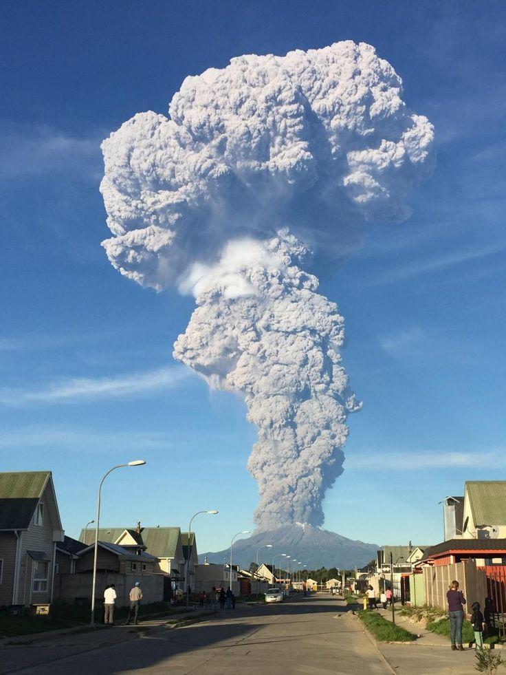 Impactante imagen de la erupción del volcán Calbuco EFE la gruesa columna de cenizas puede ser vista a kilometros