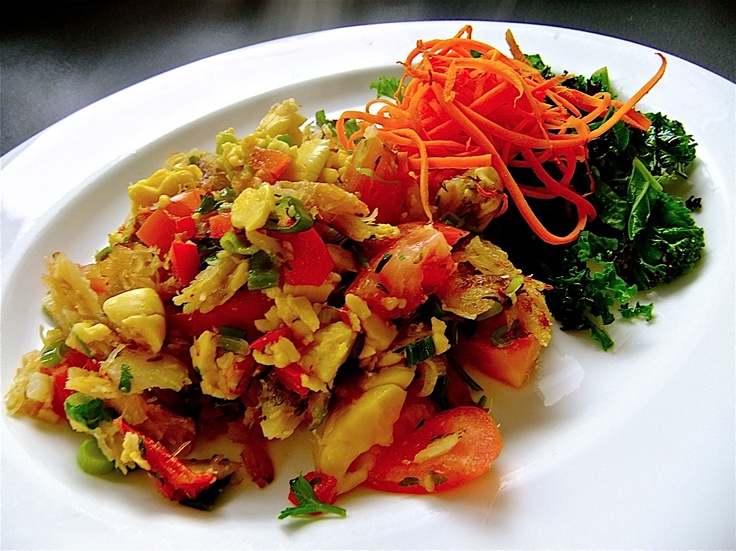 Ackee y salfish:  Es un plato tradicional jamaiquino, conocido internacionalmente como el plato nacional del país. Se compone de bacalao salteado con ají cocido, cebolla, tomate y especias.   Ackee and Salfish: It´s a traditional Jamaican dish, internationally known as the country's national dish. It consists of fried cod with baked pepper, onion, tomato and spices.   Image by Chowstalker www.fb.com/placeok