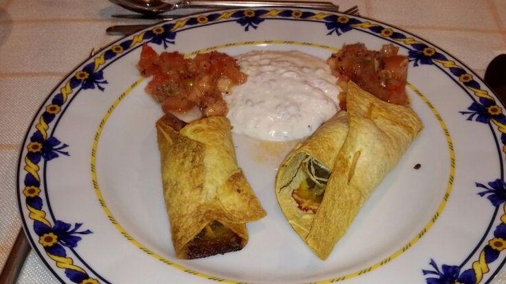 Tacos recheados com molho iogurte