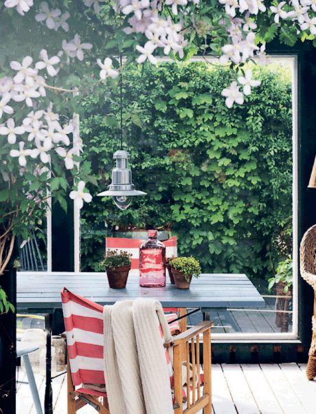 Skolelærer Vibber og hendes mand, møbelsnedker Rasmus, elsker de personlige løsninger i deres boligindretning. Sammen med deres tre børn har de skabt et familiehjem, hvor unikke løsninger og genanvendte materialer er med til at fremhæve husets originale udtryk fra 1950'erne.
