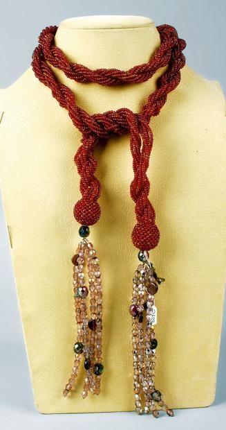 * LOULOU DE LA FALAISE  Sautoir en perles rouges avec fermoir figurant une tête de loup agrémenté de chutes de perles facettées