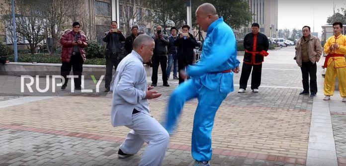 Μάστερ του Κουνγκ Φου δέχεται χτυπήματα στα γεννητικά του όργανα και δεν καταλαβαίνει τίποτα! Crazynews.gr