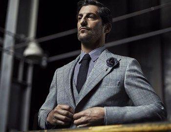 Ό,τι περιλαμβάνει μία eclectic ανδρική γκαρνταρόμπα, από δερμάτινα jackets και t-shirts με στάμπες μέχρι 3-pieces κοστούμια σε γκρι και γήινες αποχρώσεις προτείνει το brand Vistula στη φθινοπωρινή του collection. Πρόσωπο της καμπάνιας είναι ο Tony