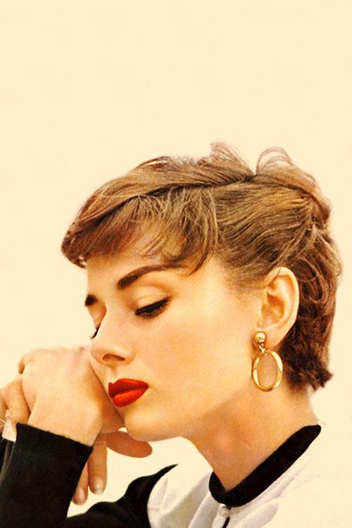"""""""Nací con una enorme necesidad de afecto y, una terrible necesidad de darlo.""""       Audrey Hepburn"""