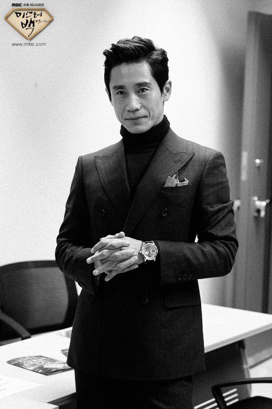 MBC 새 수목미니시리즈 이 제작발표회 현장 대기실 비하인드 컷을 공개했다.  공개된 흑백 사진 속의 배우 신하균은...