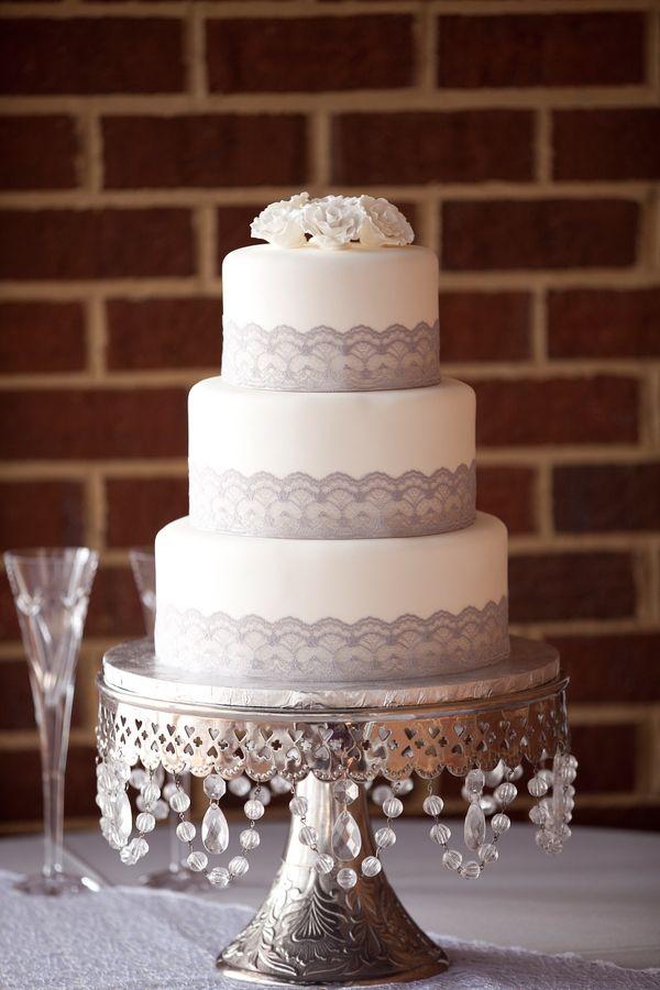 Decoración de torta se boda con cinta de encaje y decoración de stand con cuentas de cristal. #IdeasBodas #TortasBodas