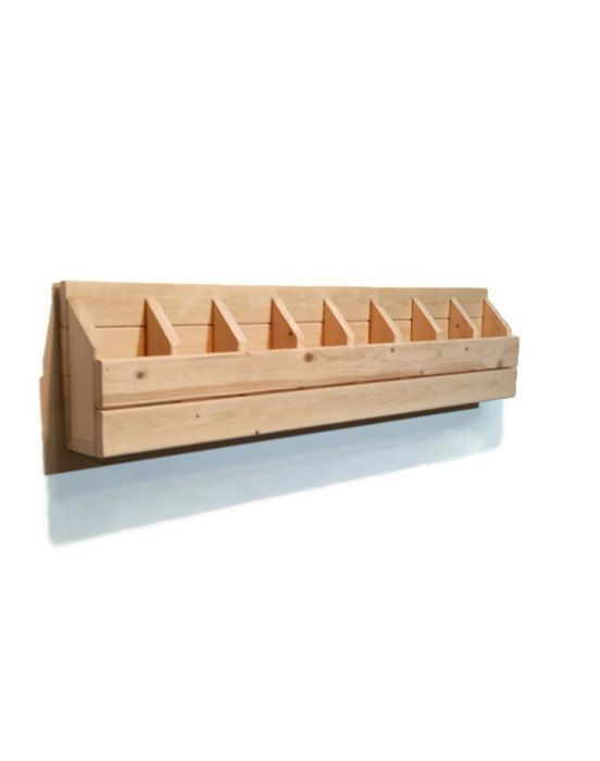 Étagère de rangement Cubby de Décor renouvelé est inspiré par école vintage design. Ce stockage bois massif design cubbies profonde huit de fonctionnalités pour la tenue de tout de crayons, pinceaux, marqueurs et dirigeants aux jeux et petits jouets. Il est disponible dans plus de 25 couleurs dans une finition affligée ou même en bois naturel.  • 38 3/3 x 4 de profondeur x 8 3/4 de haut et chaque cubby large mesure 4 x 4 ¼ x 2 1/2 • Fabriqué de bois de pin noueux • Vissé sur cintres en…