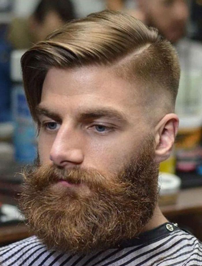 Corte de cabelo masculino penteado para o lado com risca de navalha e degradê.
