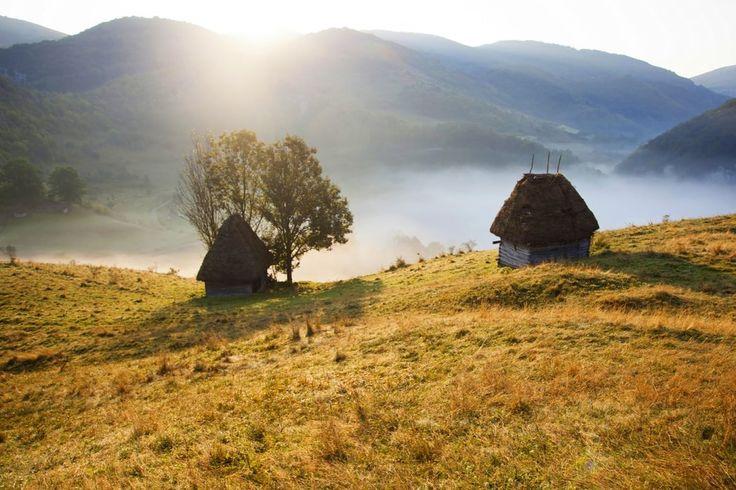 C'est un pays aux paysages époustouflants et aux terres de légende. Un pays attaché aux traditions où le temps semble s'être arrêté et où l'authenticité des lieux se retrouve dans ses villages médiévaux, dans ses châteaux gothiques, dans la quiétude de ses plaines et dans l'immensité de ses imposantes montagnes : c'est ici, au milieu des Carpates que vous découvrirez la Roumanie authentique... 5 villes en 11 jours à travers des lacs, des forêts, des citadelles, de petites cabanes à flanc de…