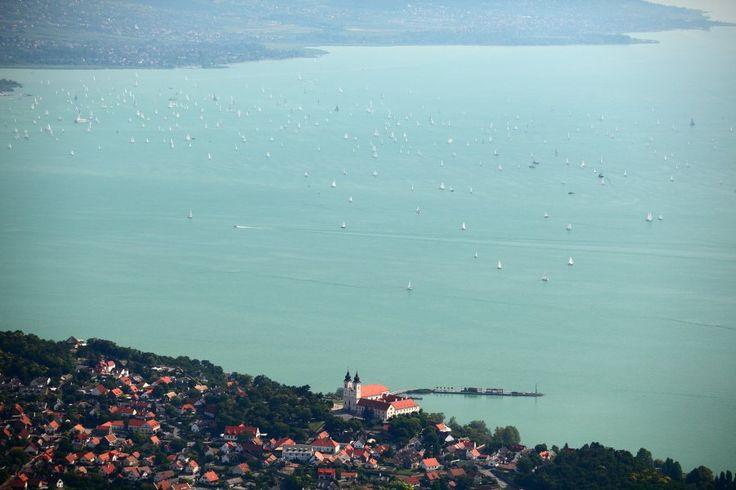 Félezer vitorlás lepte el a Balaton vizét: elindult a Kékszalag!