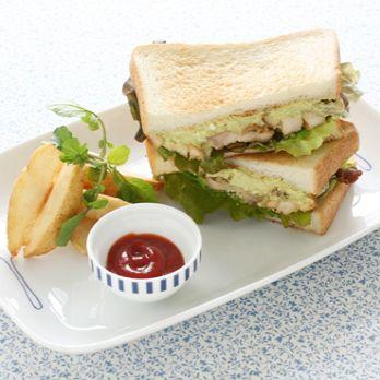 照り焼きチキン アボカド豆腐ソースのサンドイッチ