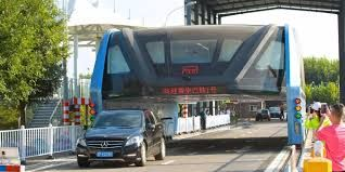 El fin del polémico TEB: el bus chino que se elevaba y que resultó ser una estafa PEKIN.-La policía de Pekín arrestó a 32 personas por la recaudación ilegal de fondos destinados al proyecto del Autobús de Tránsito Elevado (TEB, por sus siglas en inglés),