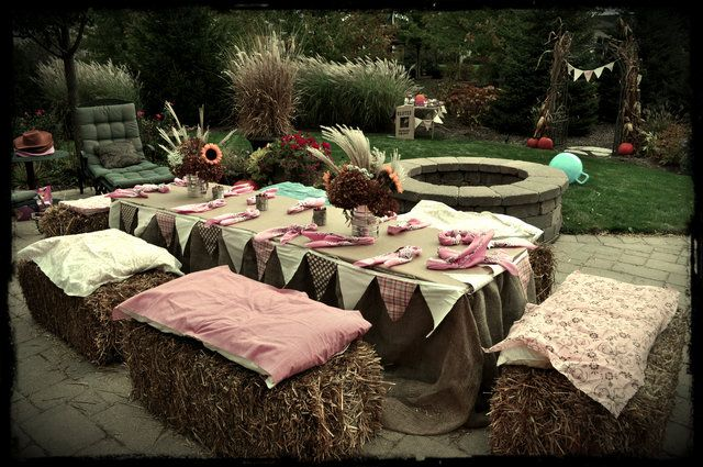 Table with hay bales at a Cowgirl Party #cowgirl #partytable