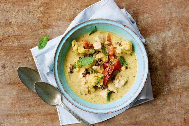 Indiase kippensoep met bloemkoolroosjes met hot curry en kokosmelk: pittig en lekker romig tegelijk - Recept - Allerhande