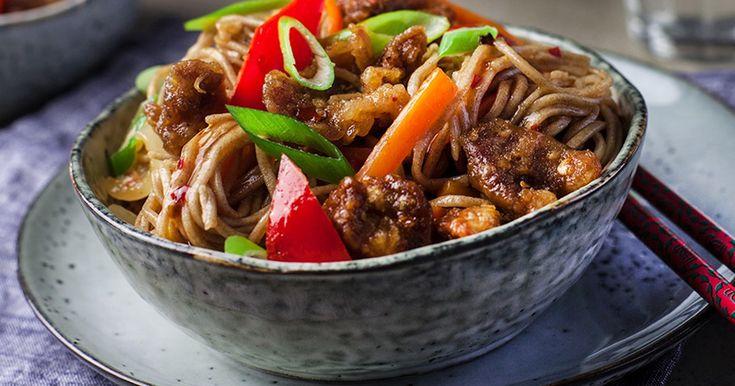 Recept på wokat gyllenbrunt fläsk med nudlar och sötsur sås. Oändligt gott!