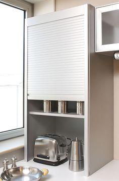 Installer une armoire rideaux sur votre plan de travail afin d'optimiser l'espace dans vos angles et gagner des rangements supplémentaires ! [Astuces et idées d'aménagement pour une petite cuisine] - Par YOU Cuisines et Bains