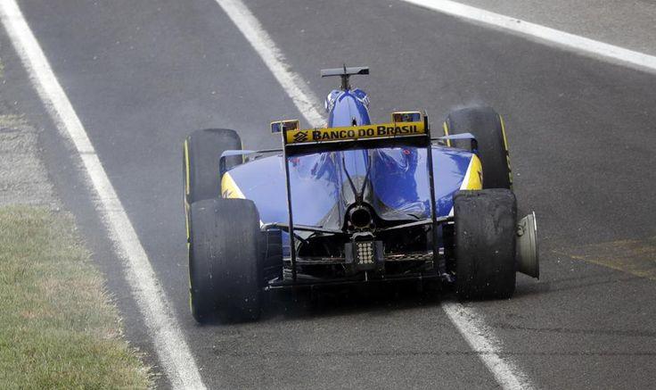 Felipe Nasr con la rueda reventada durante la carrera.