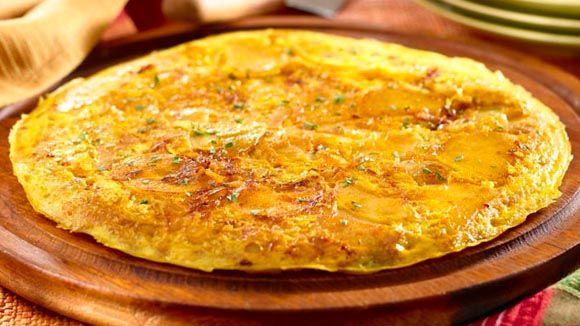 Tortilla Espanola - Ingredientes      1 1/2 cucharadas de Country Crock® Spread     1 pizca de achiote en polvo     1 de papa grande grande, pelada, cortada a la mitad y en rabanadas delgadas (aprox. 8 oz)     1 taza de cebolla, finamente picada     4 huevos     1/4 taza de agua     1/8 cucharadita de pimienta negra molida