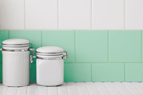 Renovar esos azulejos de los que ya te has cansado!! Solo con un toque de pintura :)