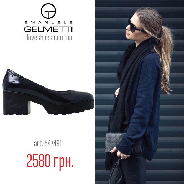 В этом году бал правят «тракторные» подошвы и массивные тяжелые каблуки — такую обувь называют chunky boots, а носят и в пир, и в мир. Представляем вашему вниманию туфли из весенней коллекции торговой марки Emanuele Gelmetti из лакированной кожи темно синего цвета. Высота каблука 6 см, высота платформы 2,5 см. Закругленный носок. Без застежки. Сегодня их можно купить за 2580 грн. и дополнительной скидкой по номиналу вашего дисконта.