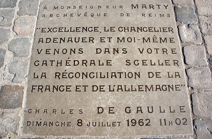 """""""Las primeras palabras que De Gaulle dirigió al arzobispo están hoy grabadas en el suelo, frente al pórtico, donde el abad Jules Thinot recogió en 1914 la cabeza reventada del ángel""""."""