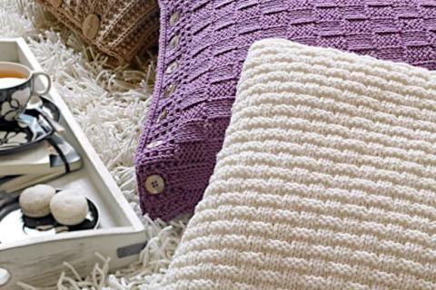 An die Stricknadeln und los: So einfach stricken Sie ein schönes Kissen aus hochwertiger Merinowolle. Sehen Sie sich hier die kostenlose Strickanleitung an.