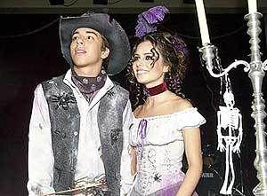 #0376 : [i]Oi, td bem com vcs? Foto linda do aniversário de 18 anos do Ju... A festa temática de horror foi realizada no parque Hópi Hari, em São Paulo/SP... Detalhe para o esqueleto pendurado no candelabro... Lindos demais, mesmo fantasiados de mortos-vivos... Bjuxs, Mika!!!!!![/i] | sejr17