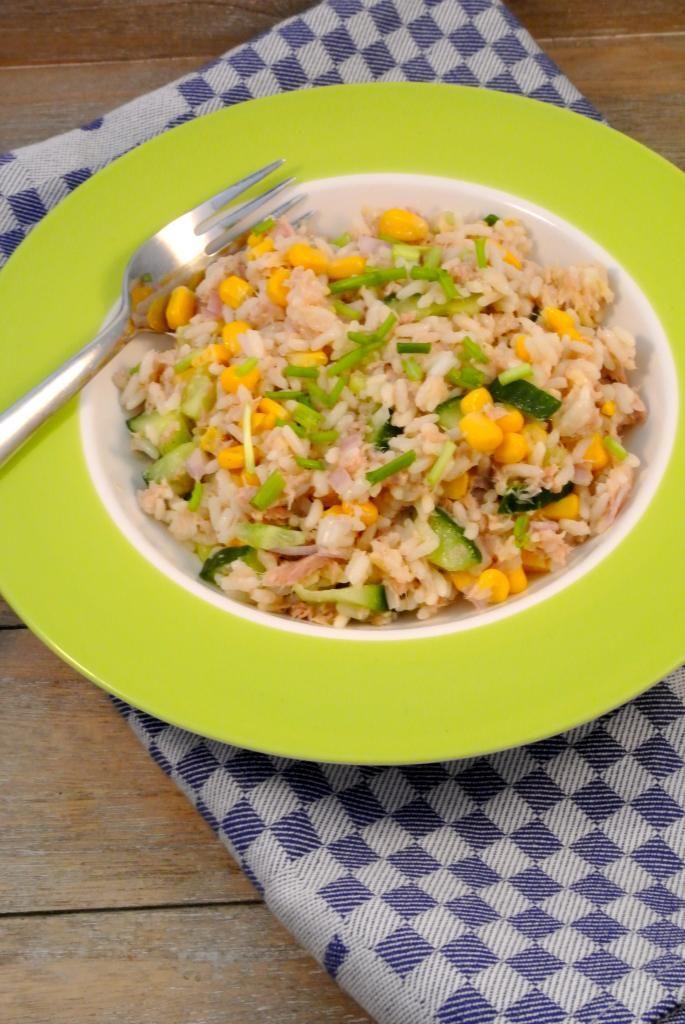 Rijstsalade met tonijn, maïs en komkommer