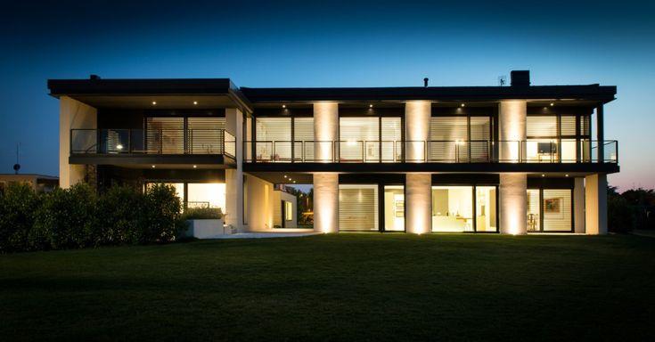 Ampie vetrate relazionano la villa con il giardino-parco (foto Secco Sistemi)