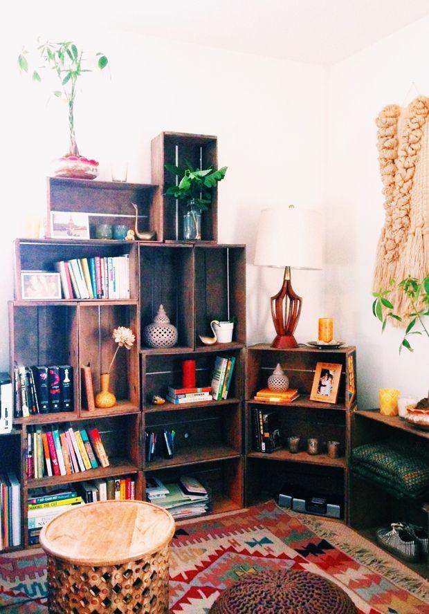 Reutilize: Os caixotes do supermercado podem virar uma estante vintage e deixar sua sala ainda mais estilosa!