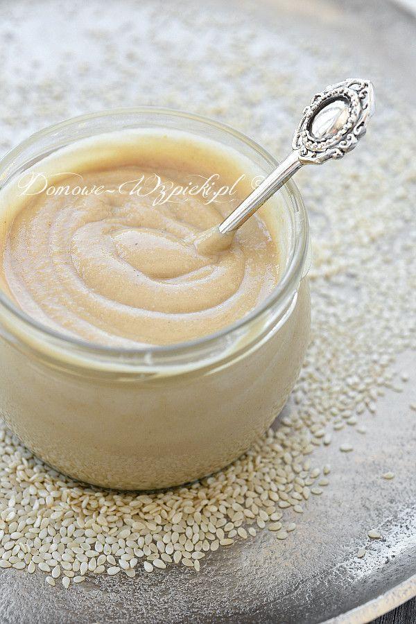 Tahini (Tahina) to pasta powstała ze zmielenia nasion sezamu. To po prostu masło sezamowe. Do jej przygotowania potrzebne są tylko...
