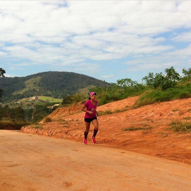 Essa foto foi tirada durante o meu treino de sábado! Fiz um longo de 22 km. O percurso foi ! Enquanto eu sofria o @felipeluz87 se divertia tirando foto  #MeninaComAsas #ContadoraCorredora #CorredoraPaleo #correr #corrida #running #Brasilrunner #BrutaQueCorre #VamosCorrer #run #FocoForçaFé #Disciplina #Gratidão by julianarocha2006 #running #ownyourmarks #run