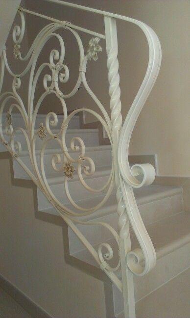 Ringhiera interna realizzata in ferro battuto con particolarità di fiori in varie parti della stessa..