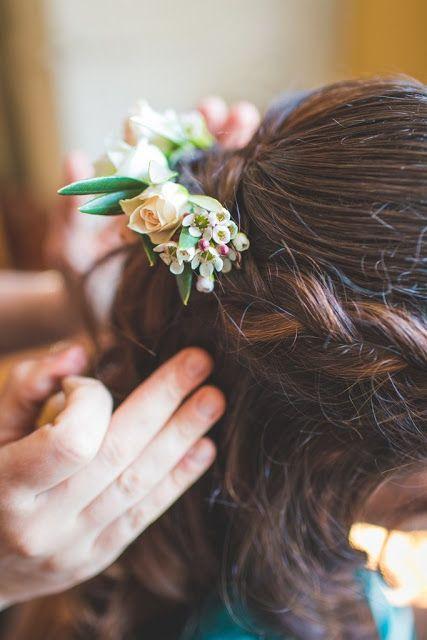 Barrette fleurie Crédit photo: Camille Marciano www.lapetiteboutiquedefleurs.fr