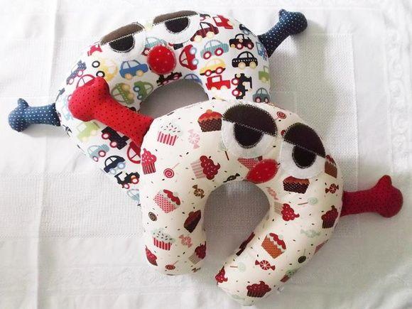 Almofada de pescoço infantil em tecido com recheio macio e fofinho em manta acrílica siliconada com aplicações em feltro.    Ótima para viagens, passeios longos de carro, assistir TV e serve como apoio para bebês.