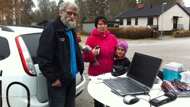 Gullringsbor pratar i radion.  Local people in gullringen talking to the radio.