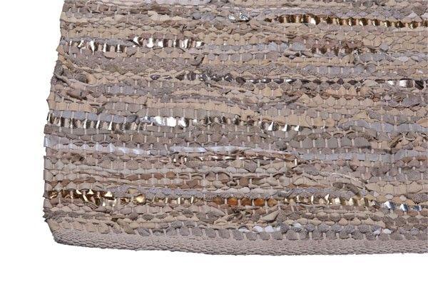 Super mooie handgeknoopt vloerkleed van Zenza. Deze kleden zijn gemaakt van gerecycled leer en katoen. Hierdoor is ieder exemplaar uniek.
