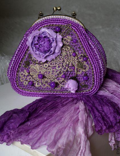 Сумочка `Фиолетовые мечты`. Сумочка с фермуаром, связанная крючком из атласных лент, с длинной цепочкой, тремя внутренними и одним внешним карманами Отделка: цветы из полимерной глины, металлофурнитура, кружева, бусины.