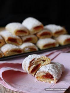 Ke kávičce nebo čajíku vynikající mini křupavé záviny plněné marmeládou. Plnit můžete různými náplněmi - tvarohem, nutellou, čokoládou, ořechy, ...
