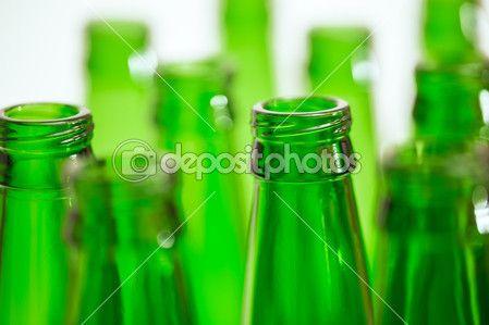 Композиция с десять зеленых пивные бутылки, но только две бутылки в — Стоковое фото © iurii_au #46766615