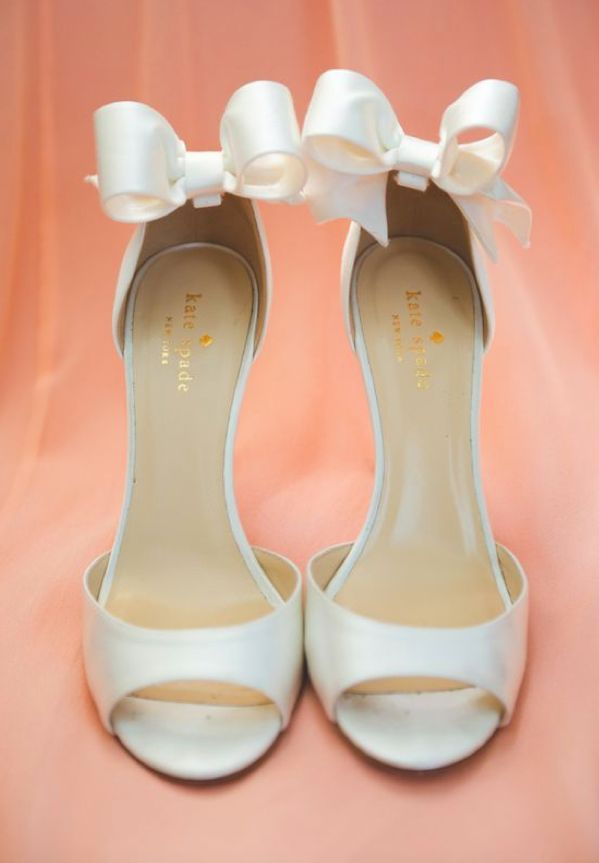 What better way to feel like Cinderella on your wedding day than to have bows on your wedding shoes?? | Mesonista