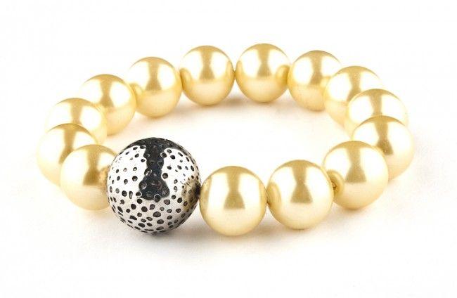Bransoletka - perły szklane i kula metalizowana - glass pearls stretch bracelet http://corallia.pl/bransoletki/bransoletka-perly-szklane-i-kula-metalizowana.html#.VNoI4C7Hg2g