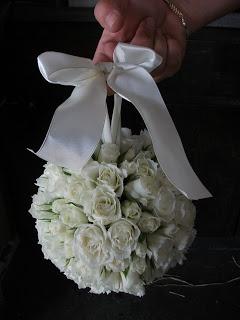 26. Esfera de Flores con Rosas Blancas