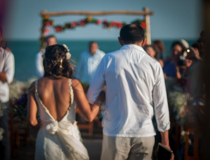 Caminando hacia Gabriele. Matrimonio de Angelica y Gabriele. Guajira, Colombia. Fotos de www.cherrymoon.co @cherrymoonfotografia