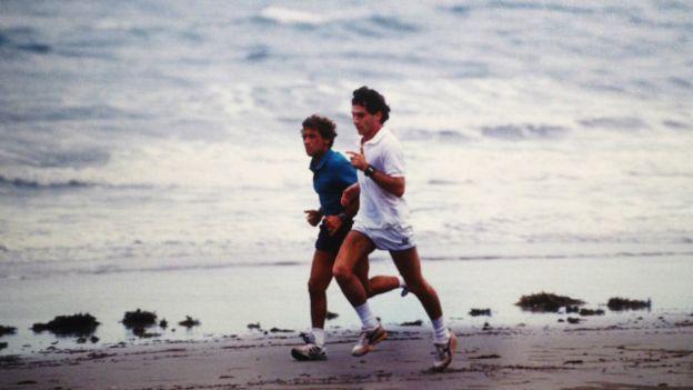 Ercole Colombo Senna corre em uma praia na costa norte da Austrália, onde acontecia o GP de Adelaide, no sul do país, em 1989. Ao seu lado, o italiano Pierluigi Martini, piloto da Minardi
