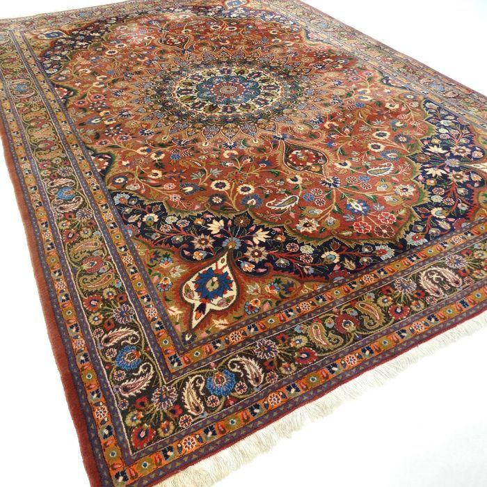 Dit is een handgeknoopt Meshed-tapijt, gemaakt van duurzame, natuurlijke materialen. Imperfecties in de patronen en de vorm maken dit kleed tot een unicum en benadrukken het authentieke en ambachtelijke karakter. Het betreft hier een gebruikt tapijt, vaak mooier en karaktervoller geworden door het natuurlijke verouderingsproces. Meshed (of Mashad)ligt in het oosten van Iran en is de heiligste stad van Iran. Meshed's zijn vaak grote tapijten met een medaillon, gemaakt van wol van hoge…