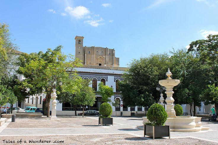 """La iglesia se levantó por el patrocinio de Juan Téllez Girón (1494-1558), IV conde de Ureña y gran mecenas de la ciudad de Osuna, durante el siglo XVI. Se edificó sobre el solar de la conocida como """"iglesia del Castillo"""", construida poco después de la conquista de la ciudad por Fernando III de Castilla en 1239, incluida dentro de la fortaleza existente en el promontorio que domina la localidad."""